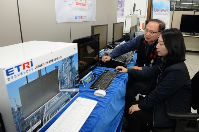 ETRI 손선경 선임연구원(왼쪽)과 허영준 프로젝트 리더가 단방향 송수신시스템의 데이터 송수신 상황을 확인하고 있다. - 한국전자통신연구원 제공